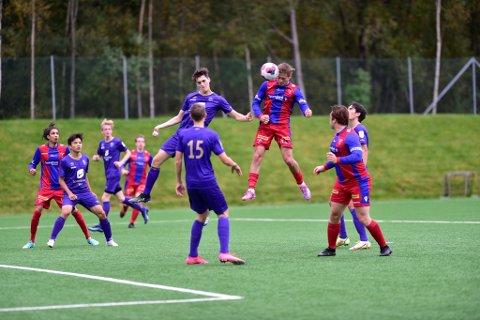 Her treffer Her treffer Henrik Seim Frotvedt klokkerent på innlegg fra Marius Dankertsen Andersen, og stanger inn 1-1 til Smørås. I løpet av de seks påfølgende minuttene puttet Smørås to til!