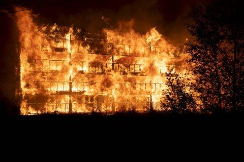 Boligblokken på Lone ble totalskadd etter brannen som startet natt til lørdag 7. august.
