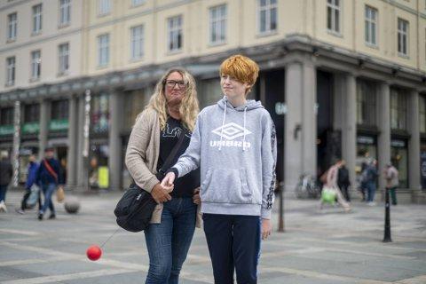 Martin Kristoffer Fredriksen Solvi (12) er skeptisk til at regjeringen vil vaksinere hans jevnaldrende. Gravenseren er i Bergen sammen med tanten Kjersti Lekven.