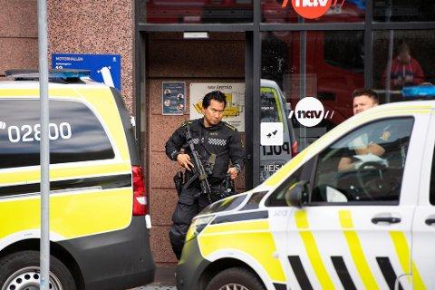 Tungt bevæpnet politi rykket mannsterke ut til den dramatiske hendelsen.