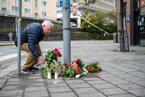 Guttorm Johnsen (73) la ned blomster og tente to lys for de to kvinnene som ble angrepet med kniv på Nav Årstad mandag. En av kvinnene døde av skadene.