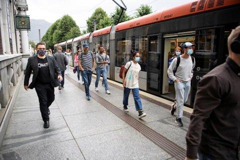 Pandemien er over i en ny fase, og mange er nå tilbake på jobb og skole.