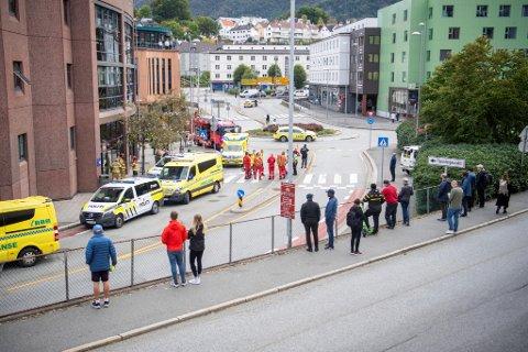En rekke personer ble vitner til det dramatiske knivangrepet inne på Nav-kontoret på Danmarks plass mandag. 20 vitner er til nå avhørt i saken, blant dem flere brukere. Personene på bildet er øvrige tilskuere.