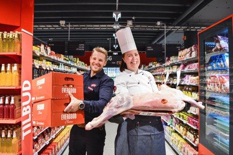 Kjøpmann Stian Almeland og ferskvaresjef Cecilie Nilsen Grimstad fyller hyllene på Laksevåg med 10.000 vareslag. Det har ikke vært noe problem å finne nye kolleger som vil være med på butikkeventyret.
