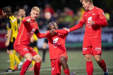 Moonga Simba (midten) scoret mål. Det samme gjorde Aune Heggebø (t.h). Brann gjorde det de skulle i Harstad. De vant til slutt enkelt 5-0, og er klare for neste runde i NM.