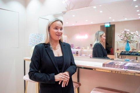 Assisterende butikksjef ved Maanesten, Adelen Sverdrup, ser veldig frem mot gjenåpningen. – Jeg gleder meg til å besøke foreldrene mine uten dårlig samvittighet.