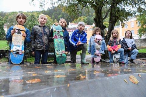 Sivert Sylte Torgersen (8), Ferdinand Brant-Morild (8), Jens Endresen Bø (8), Olai Høyland (8), Unn Sylte Torgersen (8), Julia Zanetta Aga (7) og Ellinor Ingrid Guntern (8) ved Krohnengen skole er lei seg for at skateparken av og til blir ubrukelig på grunn av vann.