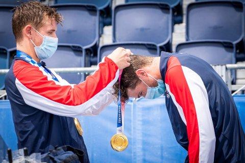 Anders Mol og Christian Sørum delte ut gullmedaljene til hverandre under medaljeseremonien etter at de vant OL-finalen i sandvolleyball.
