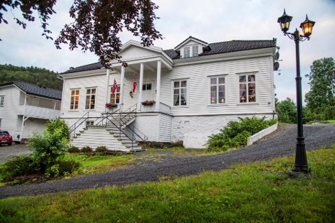 Hovedhuset til hotellet er fra 1851. Da familien Myking overtok i 1975, ble det restaurert til original stand.