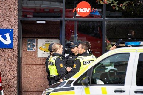Store styrker rykket ut etter at en mann hadde knivstukket to ansatte ved Nav Årstad mandag forrige uke. Marianne Amundsen (57) døde av skadene.