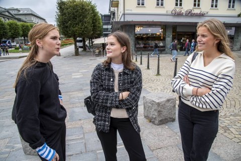 De ferske jusstudentene (fra v.) Hedda Jørgensen, Madeleine Berntsen og Anna Hval har opplevd å få tilsnakk av fremmede under pandemien, men synes terskelen for å moralisere overfor andre bør være høy.