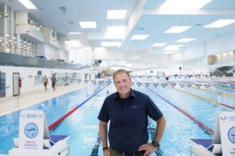 – På ettermiddagen er dessverre bare to av ti baner åpne for mosjonister, men kommer du midt på dagen er det god plass her. Utfordringen er at Bergen er en svømmeby med mange klubber som trenger mye treningstid, sier Ado-sjef Håkon Ekeberg Johansen.