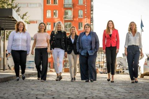 Fra venstre: Wenny Irene Hansen (rådgiver), Nina C. Tennebekk (advokat), Wenche Salthella (rådgiver), Mona Sandmo Nilsen (rådgiver), Ann-Kristin Kristoffersen (rådgiver), Helene Frihammer (regiondirektør) og Hildegunn Ytrearne Nygård (advokat).