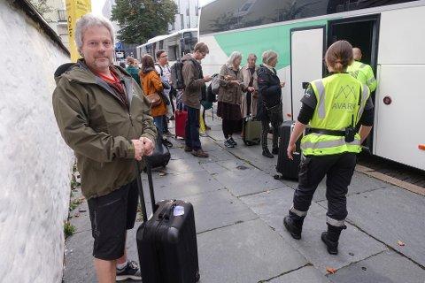 – Flybilletter til under 300 kroner gjør meg betenkt. Miljømessig er ikke det riktig, sier togpassasjer Ivar Hagen.Her venter han på buss-for-tog utenfor Jernbanestasjonen torsdag formiddag.