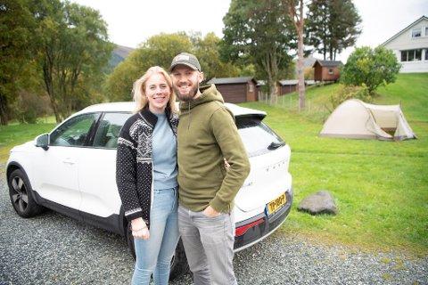 Nederlandske Jantine og Wilco Willemsen er på ferie i Norge og bor i telt like ved branntomten på Lone.