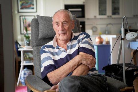 John Ludvig Larsen (88) er kronisk syk og blant dem som kan bli alvorlig syk dersom han smittes av koronaviruset. Han er vaksinert, men tar fortsatt sine forholdsregler.