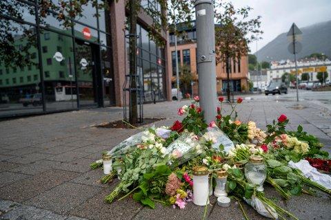 To kvinner ble knivstukket ved Nav Årstad mandag den 20. september. Marianne Amundsen (57) døde av skadene. Den drapssiktede har tidligere truet to kvinner med kniv, melder VG.