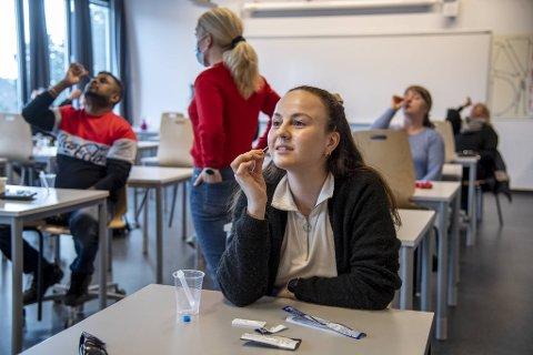 Lærerne ved Olsvik videregående skole fikk opplæring i hurtigtesting forbindelse med et pilotprosjekt i april.
