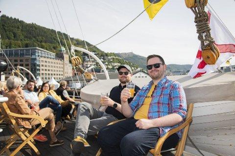 """Bjørn og Ole Andreas Drønen mener de fant den beste plasseringen under hele Bergen Matfestival på toppdekket til veteranbåten «D/S Stord 1""""."""