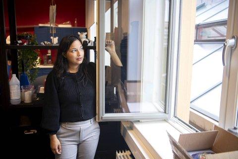 Gjennom dette vinduet skal tyvene ha tatt seg inn etter å ha klatret opp på taket. Leder ved Juristforeningen, Anna Medbøe Tamuly, er oppgitt.