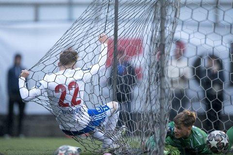 Tim Sperrevik hamret inn mål for Os gjennom en årrekke. Mandag presenterte sønnen Henrik Sperrevik (18) seg, men for naboen Lysekloster. Han løp inn utligningen til 2-2, men det var bare starten på dramaet på Kuventræ.