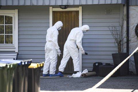Kvinnen (55) ble funnet i sengen på soverommet. Rettsmedisinerne har konkludert med at dødsårsaken mest sannsynlig er kvelning.