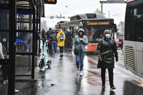 Det var trangt om plassen på flere av bussene som stoppet ved Haukeland onsdag morgen.