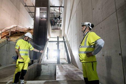 Per-Arne Skeide, prosjekteringsleder i Bybanen utbygging (t.v.) og Kjetil Solheim, byggeleder for hodleplassen på Haukeland sykehus