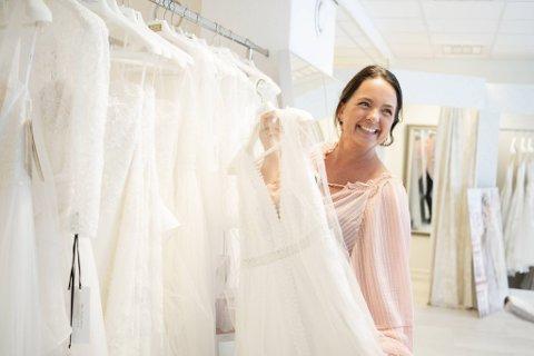 – Brudepar som lenge har utsatt bryllupet kaster seg nå rundt, gjerne på kort varsel. September blir en svært travel måned for oss, sier daglig leder Hilde Bruvik på Brudehuset. Mange kjoler må sys om.