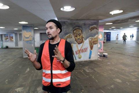 Kunstner Rodrigo Cortez skryter og skryter av barna og ungdommene som vil pynte opp undergangen.