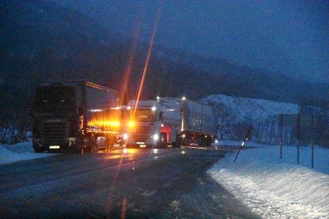 Flere vogntog måtte vente på en kollega som sto fast på E10 i Sørdalen.