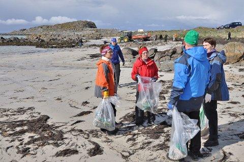 Fjærvoll i Bø er blant mange steder hvor bygdefolket sammen har ryddet strendene for plast og annet skrot hver vår. (Foto: Bjørnar Hansen)