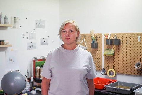 Marianne i mørkerommet. Begge kunstnerne har jobbet med egne prosjekter i sommer. Nå kjenner de presset. De skal være med på en stor kunstutstilling i Amsterdam til høsten. – Det er vel 25 000 besøkende, forteller Marianne med en spent og engasjert røst.
