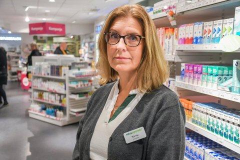 Apoteker Konny Johansen på Vitusapotek i Glasshuset har satt igang tiltak for å forebygge smitte hos de ansatte.