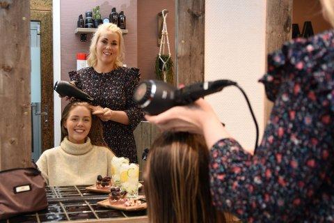 Tine Malin på Blush Studio mistet 100 prosent av omsetningen over natta. Nå gleder hun seg til at de åpner igjen. Her sammen med kunden Kaja Anine Lillegaard (19). Bildet er tatt ved en tidligere anledning.