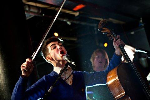 Edvard Valberg viser mye energi, styrke og kraft med celloen.