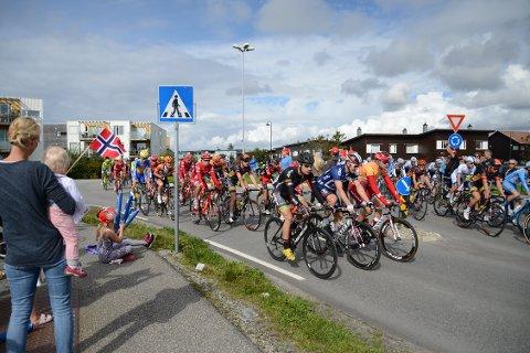 Det var mange fremmøtte i Randaberg sentrum lørdag ettermiddag for å heie fram syklistene i Tour des Fjords.