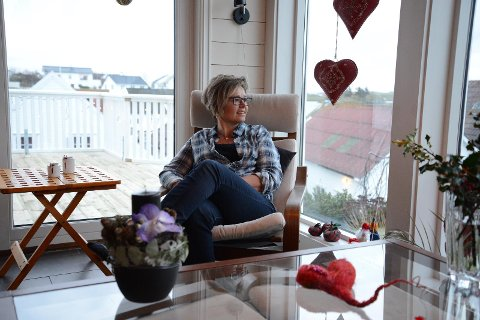 Avslappende: Godstolen i peiskroken med utsikt mot havet er den perfekte plassen å stresse ned i jula. Juleblomsten og røde hjerter skaper god julestemning.