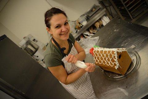 Pepperkakepynting: Baker Ina Krasteva er i full gang med å dekorere et pepperkakehus med hvit, grønn og rød glasur.  ALLE Foto: Ingvild Olaussen
