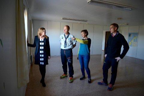 Flott utsikt: Kristine Enger (f.v.), Kjell Arvid Jøssang, Hilde Løge og Lauritz Pedersen beundrer utsikten fra et av fellesarealene i «friluftslivets hus» på Randabergfjellet.