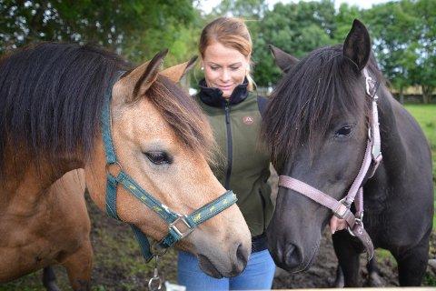 Gode venner: Rideskolens nye ponnier, Popnoc (venstre) og Spira, har allerede rukket å bli gode venner siden sistnevnte flyttet inn på beitet til Lena Myrnes Flesjå på mandag.
