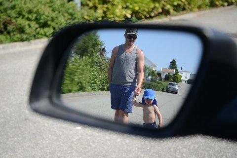 Vær oppmerksom: Kim Stian Kolnes passer godt på at sønnen Håkon Sele Kolnes (2) ikke går alene langs veien. Han oppfordrer alle til å følge nøye med på omgivelsene, da barn plutselig kan dukke opp bak parkerte biler og hekker.