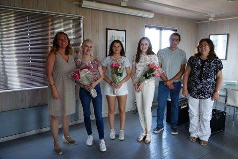 Kulturskolelærer Merethe R. Aasvold (f.v.) og lærerne Uri Yedid og Irina Aarsheim (til høyre) ønsket avgangselevene Linn Emilia Hersch, Johanne Halse, Cecilie Woetmann Bore lykke til videre.