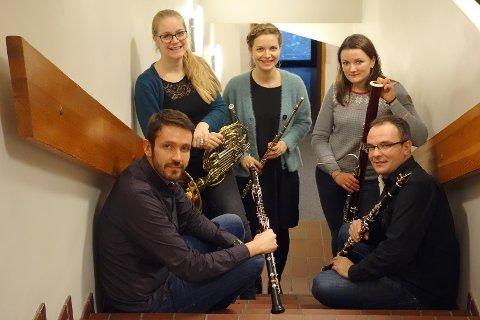 Milan Adamovic (Obo), Alexis Baldos (Klarinett), Evgeniya leonova (Bassoon), Laura Loviskova (Flute) og Elske Groen (Hoorn) i treblåserkvintetten Polaris5 spiller i Kulturbruk 44/4 på Bru søndag ettermiddag.