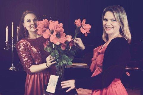 JULESTEMNING: Åshild Spikkeland (t.v.) og Astrid Kallenbach-Gustavson synger julen inn i Utstein Kloster 2. desember.  Foto: Privat