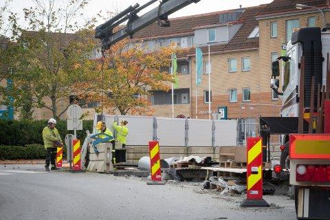 Fjerner steingjerdet: De tykke steingjerdene løftes nå vekk for å gjøre klart til å bygge fortau.