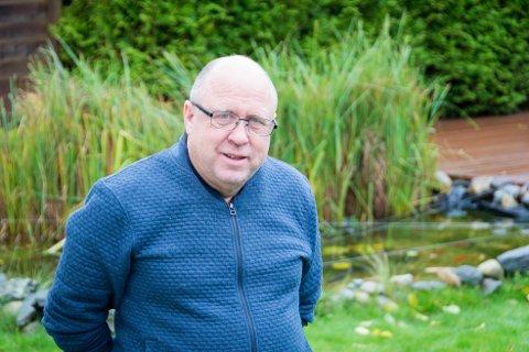 Karpedam: I hagen har Knut Norgren en dam med 50 karper og gullfisk, i tillegg til de flere hundre fiskene han har fordelt på fire akvarier i kjelleren.