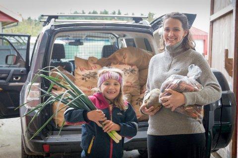 Leverer på døra: Inger Helene Rygg og datteren Ingebjørg gjør seg klar til å levere grønnsaker direkte på døra til kundene sine.