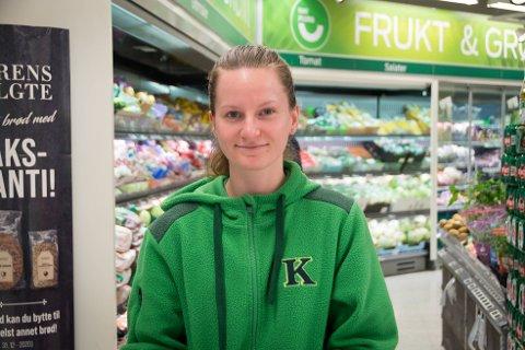 Liker å hjelpe: Anne Charlotte Helgevold trives godt på Kiwi, og liker å kunne hjelpe til når det trengs.