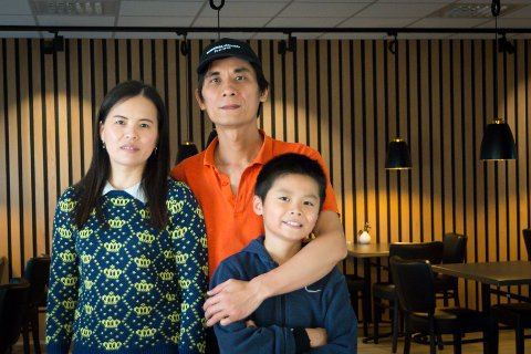 Gleder seg: Daglig leder og eier av Randaberg Take Away, Juan Xian Ye, gleder seg til å åpne dørene igjen - når hele restauranten har et helhetlig uttrykk. Her sammen med kona Huang og sønnen Markus.